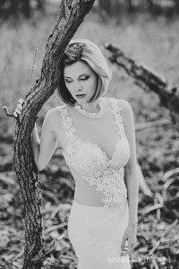 Koronkowa suknia ślubna z górą z tiulu obszytego haftami.
