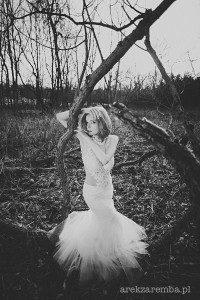 Seksowna przezroczysta sukienka ślubna z haftami na tiulowej górze.