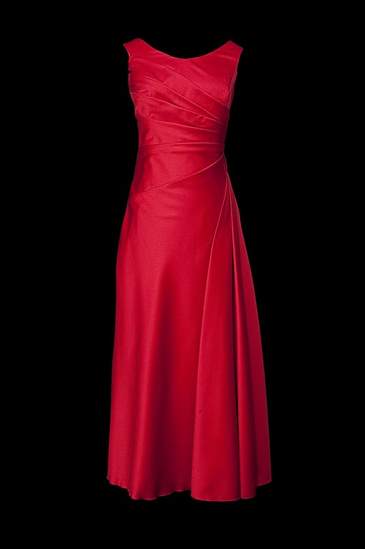 Długa czerwona suknia wieczorowa z zakładkami, dekoltem w łódkę i odkrytymi plecami wyciętymi w szpic.