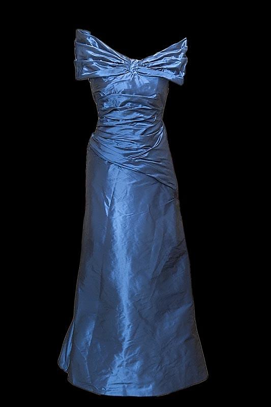 Długa suknia wieczorowa z tafty w kolorze granatowym z eleganckim kołnierzem.