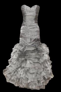 Długa i krótka suknia wieczorowa w jednym, z oryginalnymi falbanami na spódnicy.