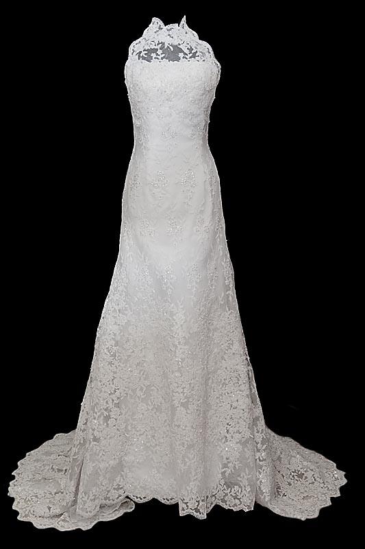 Długa koronkowa suknia ślubna z trenem, koronkowym gorsetem, stójką i guzikami na plecach.