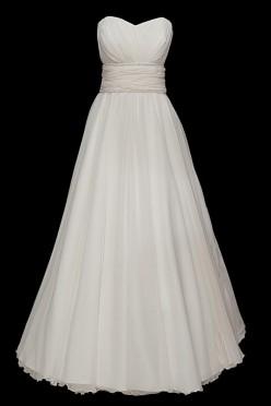 Piękna długa suknia ślubna z portfelowym dekoltem w serduszko, zakładkami oraz gołymi plecami. Sukienka z marszczonym paskiem zdobionym kamieniami Swarovskiego.
