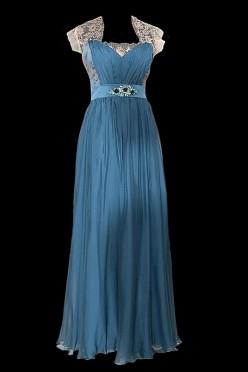 Długa jedwabna suknia wieczorowa z dekoltem w serduszko i pasem z naszytymi onyksami.