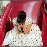Justyna Reczeniedi w sukni w grochy na planie teledysku Trudne Tango projektu Co-opera.
