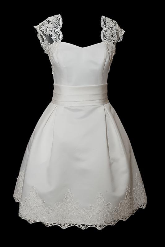 Krótka suknia ślubna o kroju w literę A, odcinana w pasie, na ramiączkach. Sukienka z gołymi plecami przykrytymi koronką i kokardą na marszczonym pasie.