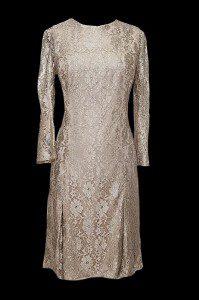 Krótka suknia wieczorowa dla mamy panny młodej i pana młodego uszyta z satyny jedwabnej i koronki.