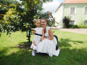 Mama i córka w białych sukienkach w czarne grochy