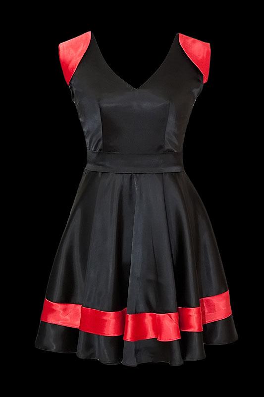 Czarna satynowa sukienka koktajlowa z gołymi plecami pokrytymi koronką.
