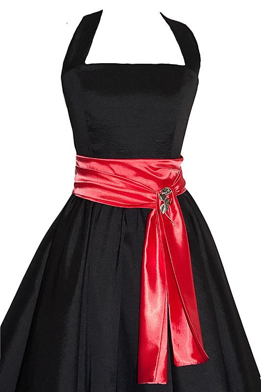 Czarna sukienka studniówkowa z czerwonym pasem.