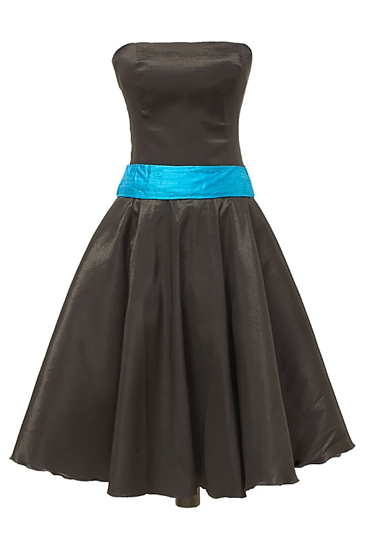 Czarna sukienka na studniówkę o długości 7/8 z błękitnym szerokim pasem.