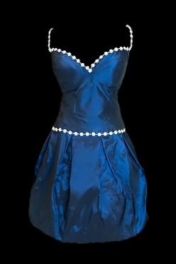 Granatowa krótka sukienka wieczorowa na studniówkę, wiązana na plecach i obszyta kamieniami Swarovskiego.
