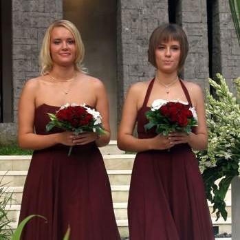 Dwie druhny w sukienkach w kolorze wina.