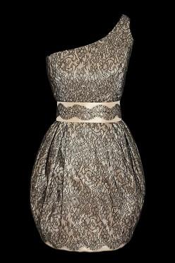 Krótka sukienka wieczorowa typu bombka na jedno ramię pokryta ręcznie wykonaną koronką od Sophie Hallette.