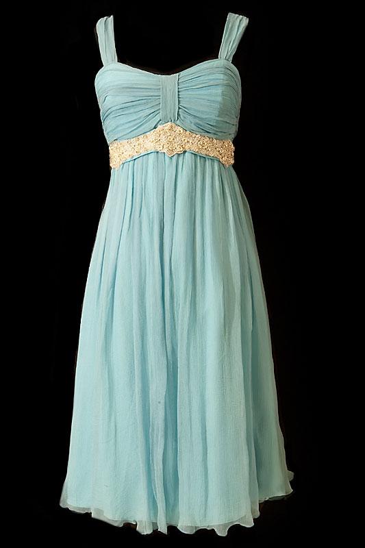 Krótka zwiewna niebieska sukienka wizytowa na wesele i studniówkę na ramiączkach, z marszczeniami na biuście i haftowanym jasnym pasem.