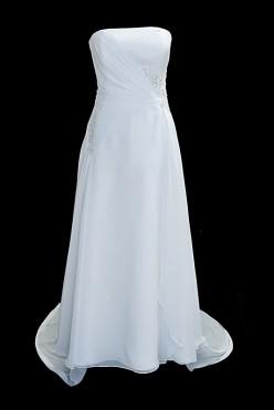 Długa jedwabna suknia ślubna z długim odpinanym trenem, delikatnymi marszczeniami i zakładkami na gorsecie oraz zakrytymi plecami.