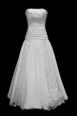 Długa suknia ślubna z koronkowym gorsetem i prostym dekoltem z marszczeniami na pasie.