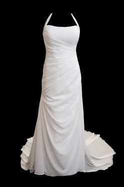 Długa, oryginalna suknia ślubna z zakładkami, gorsetem z dekoltem w łódkę oraz seksownymi gołymi plecami oraz długim podpinanym trenem.