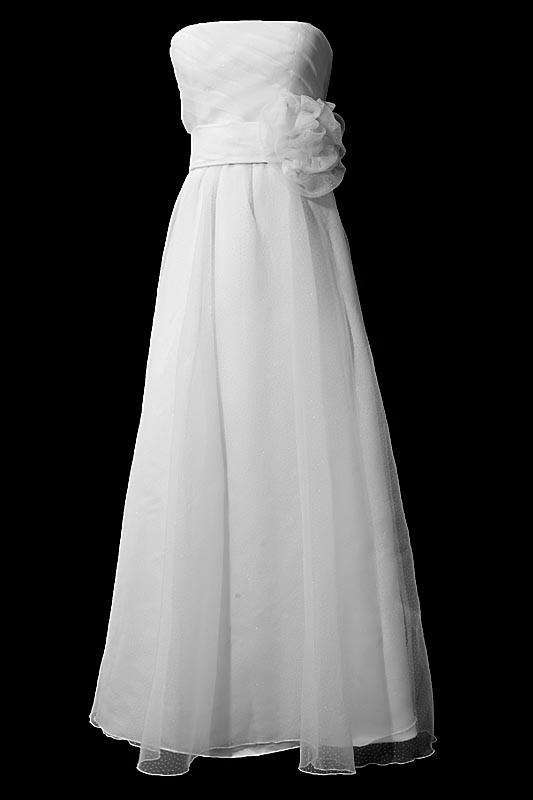 Długa suknia ślubna na gorsecie z prostym dekoltem i zakrytymi plecami i kwiatem z przodu.