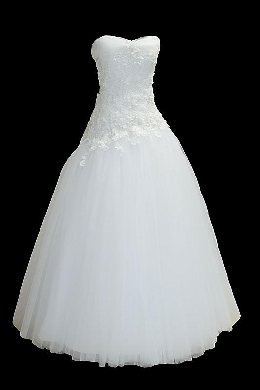 Długa suknia ślubna typu princessa, bogato zdobiona haftami z dekoltem w serduszko, koronkowym gorsecie i upinanym trenem. Spódnica pokryta delikatnym tiulem.