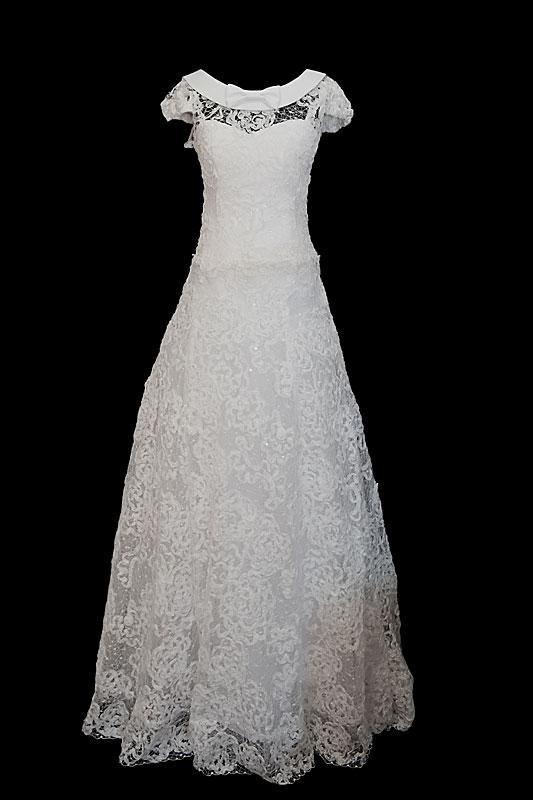 Długa koronkowa suknia ślubna w stylu vintage z koronkowym gorsetem i dekoltem w serduszko, placami z koronki i trenem.