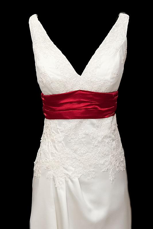 Długa suknia ślubna z przepięknym trenem z koronkowymi wstawkami. Sukienka o kroju w literę A z dekoltem w szpic i gołymi plecami.
