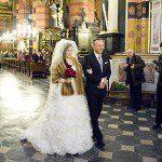 Natalia Rubiś z Tatą, Piotrem wchodzą do Kościoła Mariackiego.