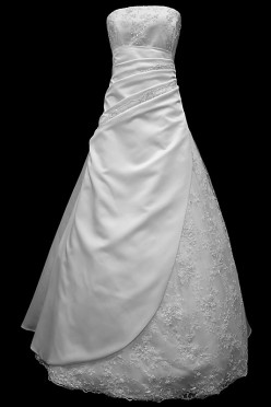 Długa suknia ślubna typu princeska z koronkowym gorsetem z marszczeniami i spódnicą obszytą ręcznie wycinanymi haftami z upinanym trenem.