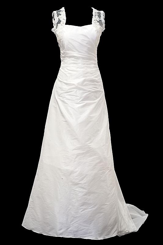 Długa suknia ślubna z marszczeniami na gorsecie z prostym dekoltem, koronkowymi plecami i długim podpinanym trenem.
