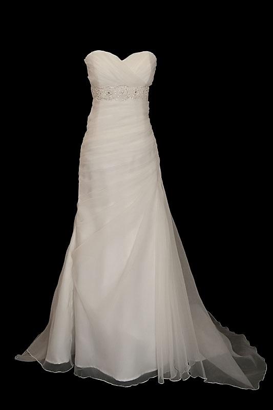 Długa suknia ślubna o kroju syrenki / rybki z zakładkami, portfelowym dekoltem w serduszko na gorsecie, zdobionym kamieniami i podpinanym trenem oraz zakrytymi plecami.