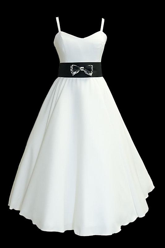 Suknia ślubna Endo z czarnym pasem z kokardką i spódnicą z koła.