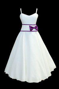 Krótka suknia ślubna na ramiączkach z dekoltem w szpic, z fioletową kokardą, marszczonym paskiem i spódnicą z koła.
