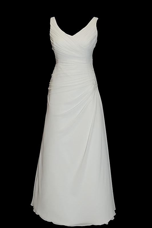 Prosta i elegancka suknia ślubna z zakładkami na przodzie o kroju w literę A, portfelowym dekoltem w szpic i seksownymi gołymi plecami.