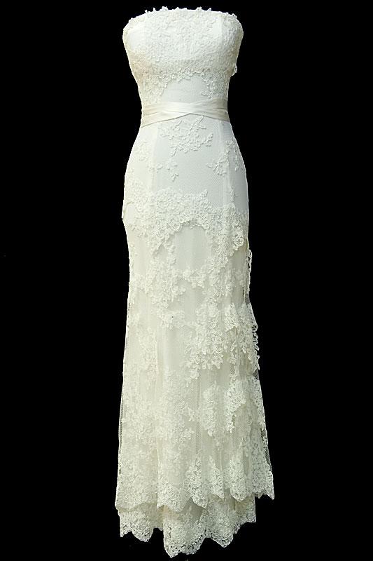 Długa koronkowa suknia ślubna w stylu retro. Sukienka z koronkowym gorsetem z zakrytymi plecami i prostym dekoltem.