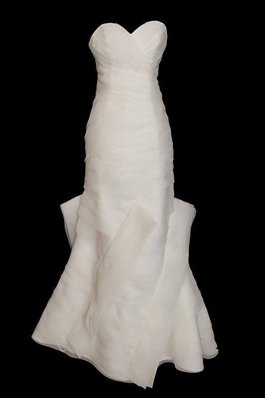 Długa suknia ślubna typu syrenka / rybka na gorsecie z zakładkami i oryginalnym dołem.
