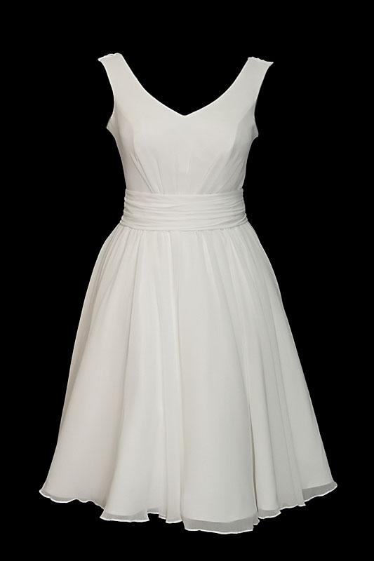 Krótka suknia ślubna z dekoltem w literę V i efektem wody na plecach. Fason w literę A z zakładkami i gołymi plecami.