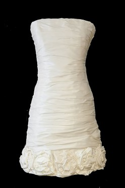 Designerska krótka suknia ślubna z marszczeniami, zakładkami i bolerkiem.