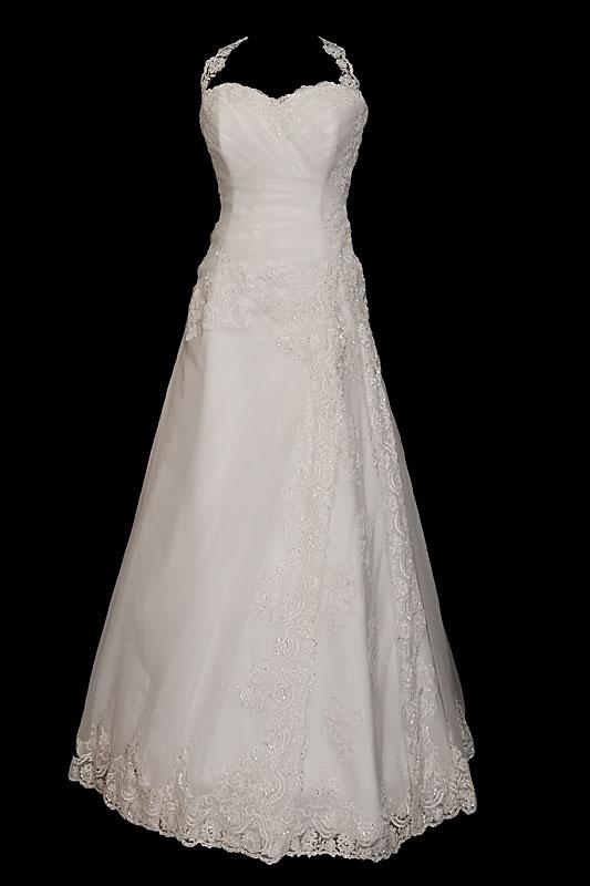 Długa koronkowa suknia ślubna zdobiona haftami i kamieniami o kroju w literę A z dekoltem portfelowym w serduszko i plecami w szpic.
