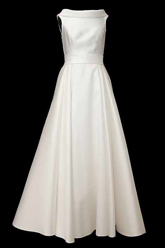 Długa suknia ślubna z dekoltem w łódkę na ramiączkach i odkrytymi plecami wyciętymi w szpic. Sukienka z wygodnym odpinanym trenem.