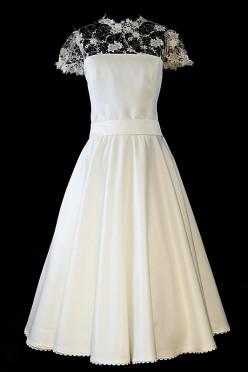 Krótka suknia ślubna odcinana w pasie z prostym dekoltem z koronkowymi plecami i guziczkami.