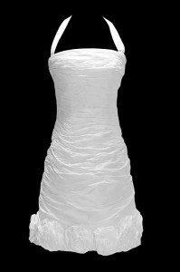 Krótka marszczona suknia ślubna na ramiączkach, z ręcznie robionymi kwiatami na dole i wiązanymi plecami.