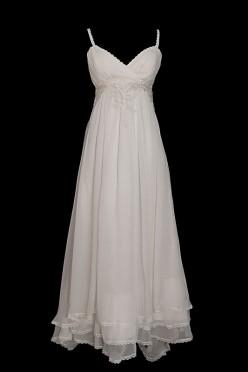 Seksowna długa suknia ślubna z koronkowym gorsetem z marszczeniami na cienkich ramiączkach. Sukienka z dekoltem w szpic, zakrytymi plecami.