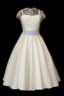 Krótka koronkowa sukienka na ślub z dekoltem w serduszko na ramiączkach, spódnicą z koła szerokim lawendowym paskiem.