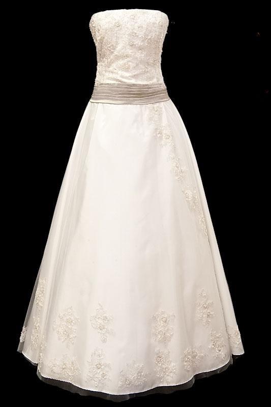 Klasyczna koronkowa suknia ślubna z koronkowym gorsetem i srebrnym marszczonym pasek, ozdobionym z tyłu kokardą.