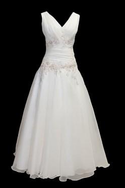 Długa koronkowa suknia ślubna z marszczeniami na psie i ręcznie naszytymi haftami. Portfelowy dekolt i gołe plecy wycięte w szpic.