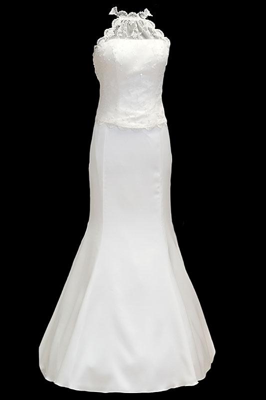 Długa suknia ślubna o kroju rybki / syrenki. Koronkowy gorset z prostym dekoltem i długim podpinanym trenem oraz wiązaniami z tyłu.