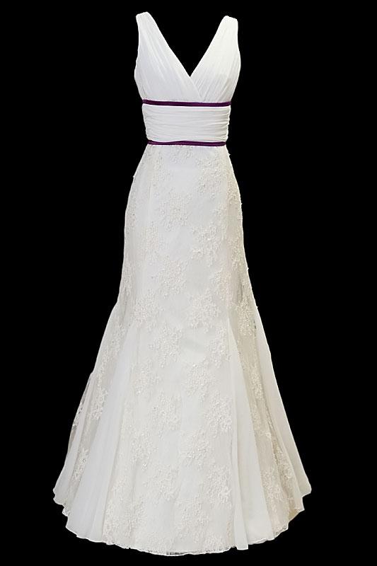 Długa suknia ślubna typu syrenka / rybka z dekoltem w literę V oraz gołymi plecami z wycięciem w szpic.