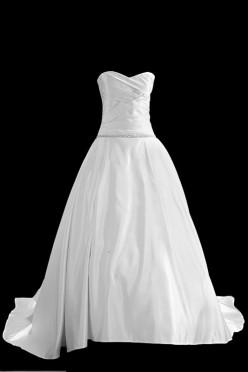 Klasyczna suknia ślubna princeska z gorsetem z zakładkami i dekoltem w serduszko. Z tyłu sukienka ma podpinany tren.