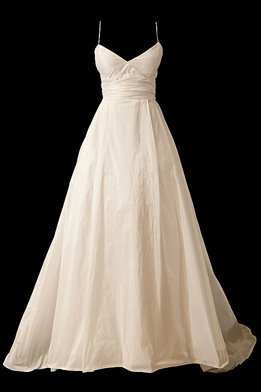 Długa suknia ślubna princessa z dekoltem w literę V na ramiączkach oraz odkrytymi plecami.