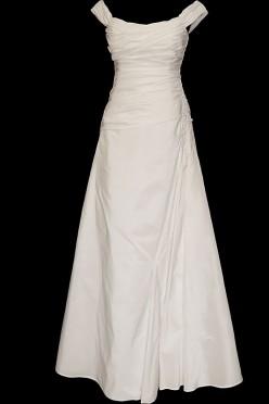 Długa klasyczna suknia ślubna z marszczonym gorsetem i dołem. Seksowny dekolt z łódkę i zakryte plecy, zdobione dodatkowymi marszczeniami.